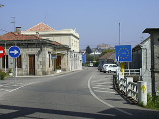 The but a sign announces the border between Spain and Portugal, two Schengen states.
